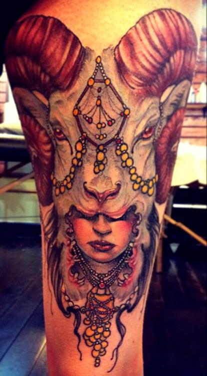 Tatuaje mujer con cabeza de carnero