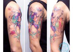 Tatuaje mujer leyendo