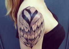 Tatuaje pájaro escondido