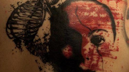 Tatuaje de flor cortada por la mitad