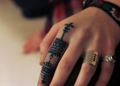 Tatuaje tribal dedo