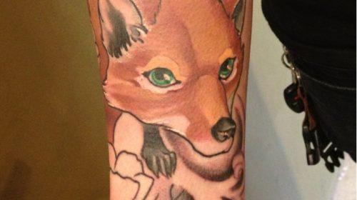 Tatuaje de calavera de color marrón