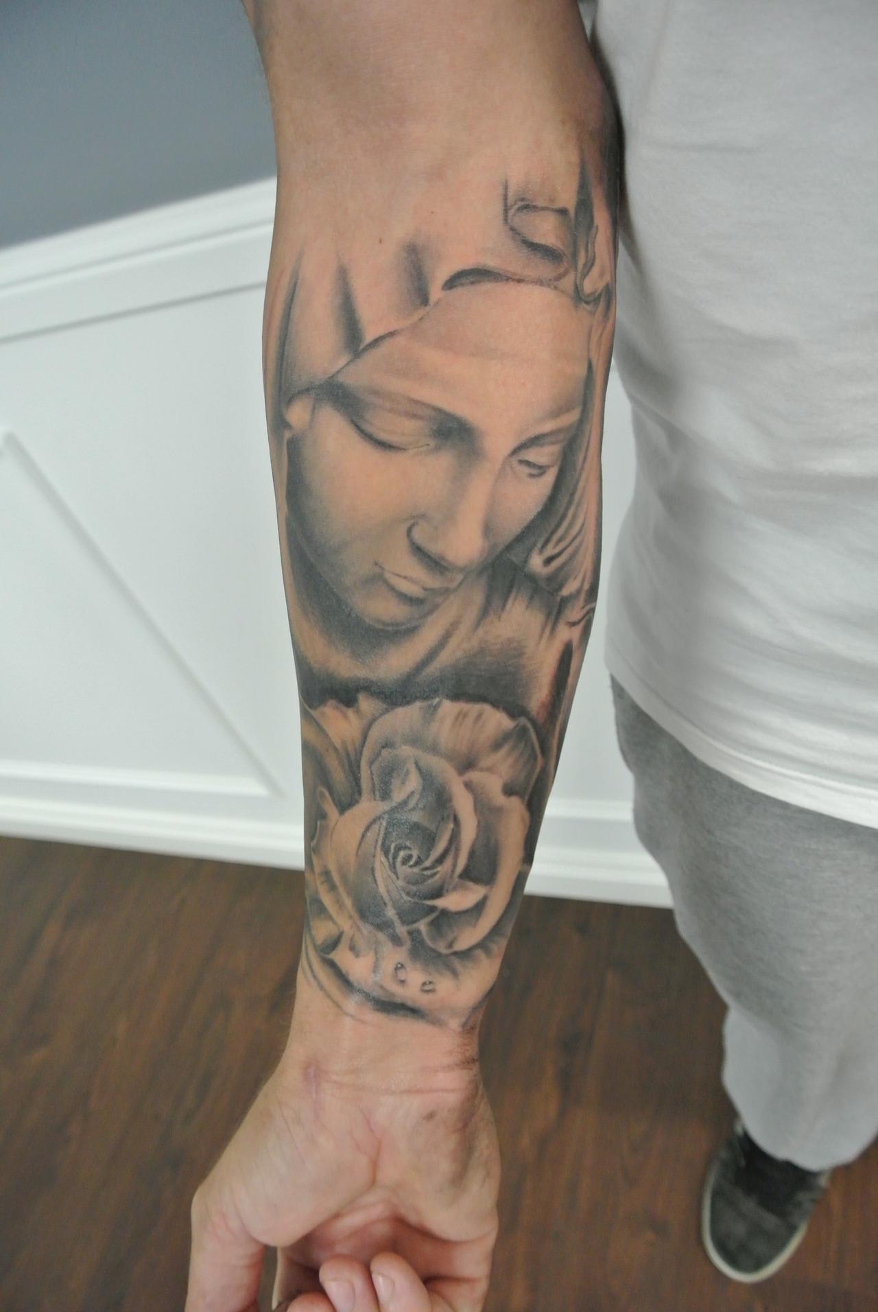 Tatuaje de la Virgen María en el brazo