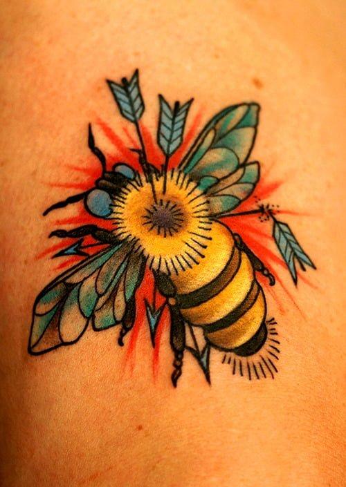 Tatuaje abeja con flechas