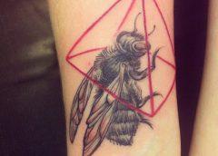 Tatuaje abeja negra