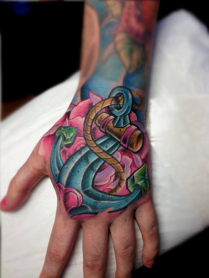 Tatuaje ancla azul