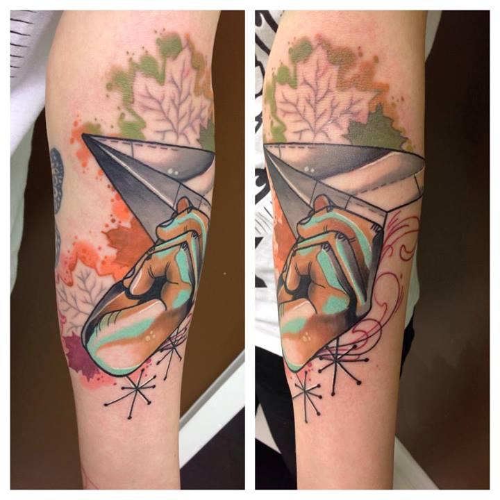 Tatuaje avión papel
