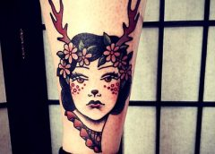 Tatuaje mujer ciervo pierna