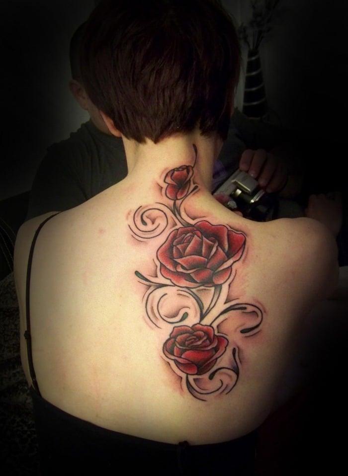 Tatuaje rosas en la espalda