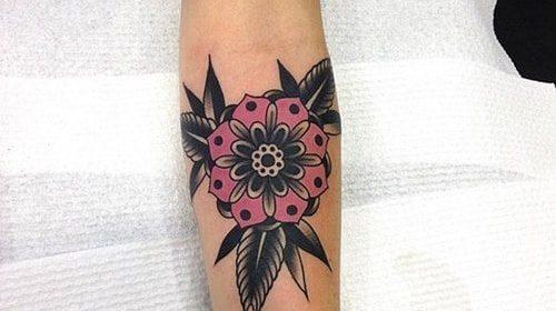 Tatuaje de flor geométrica