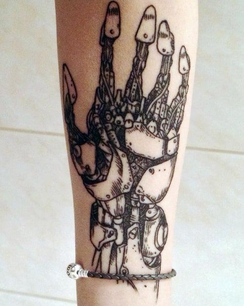 Tatuaje mano biónica