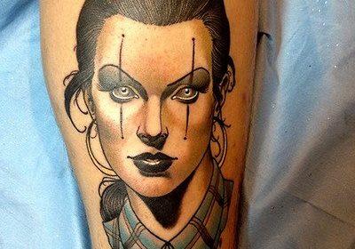 Tatuaje de mano gris