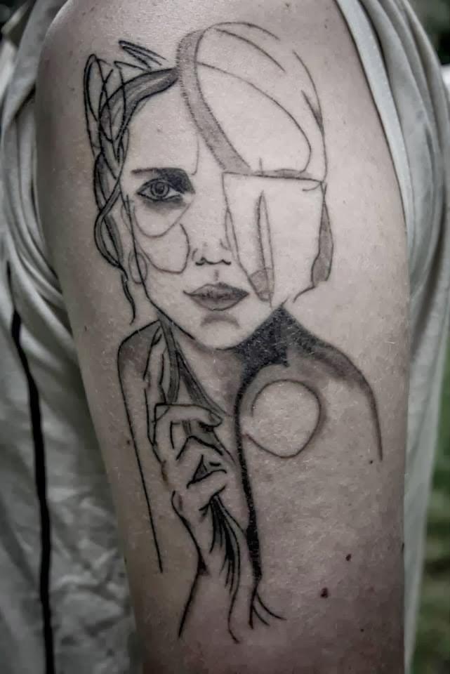 Tatuaje mujer pudorosa