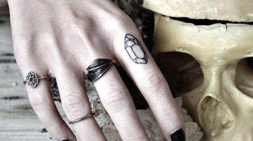 Tatuaje de mujer semidesnuda
