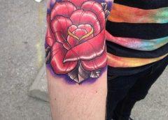 Tatuaje rosa roja en el brazo