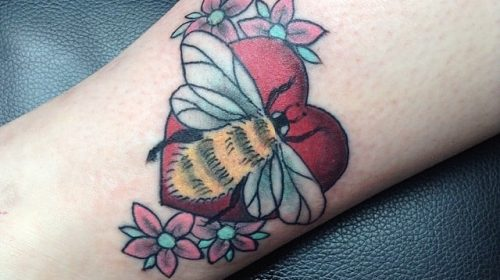 Tatuaje de olas en la pierna
