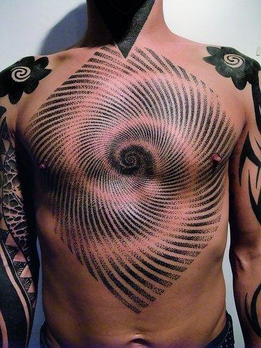 Tatuaje geométrico en el pecho