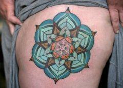 Tatuaje mándala azul