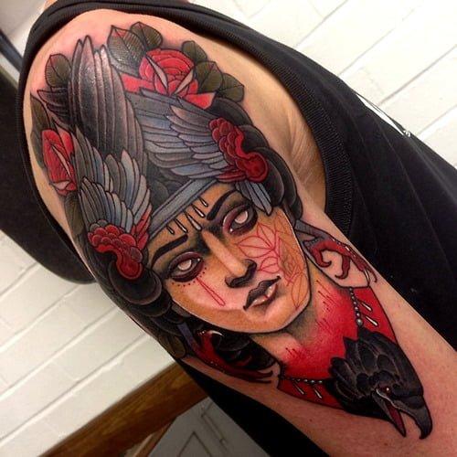 Tatuaje mujer cuervo