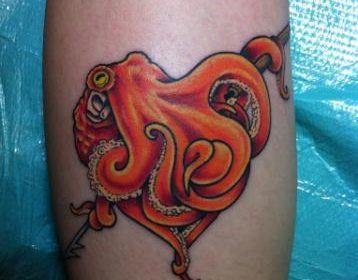 Tatuaje de puerto en la espalda