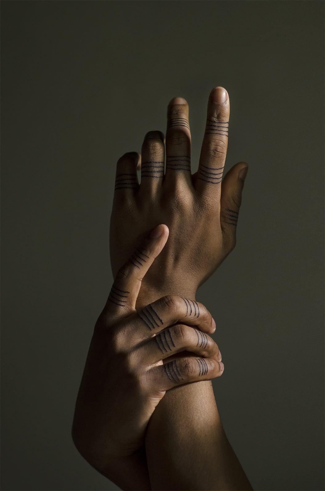 Tatuajes tribales en los dedos