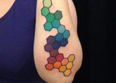 tatuaje hexágonos brazo