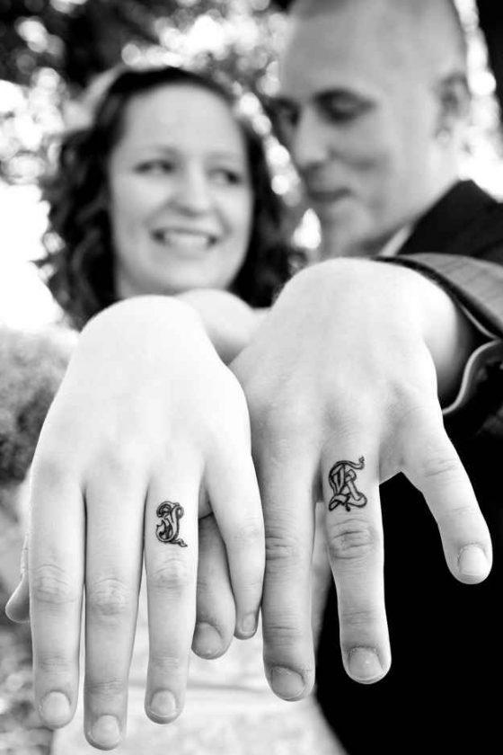 Tatuajes de iniciales en los dedos