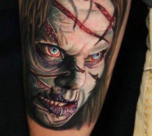 Tatuaje de monstruo verde en la espalda