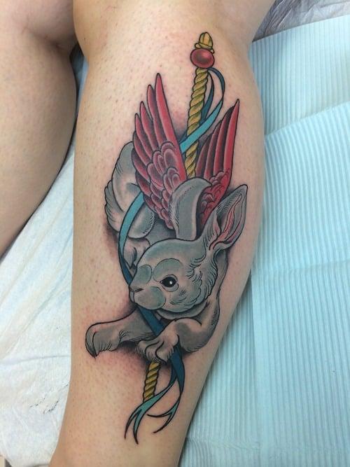 Tatuaje conejo con alas