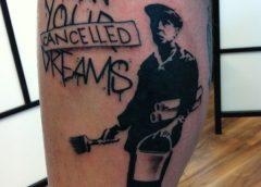 Tatuaje de Banksy en la pierna