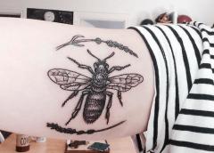 Tatuaje abeja y lavanda