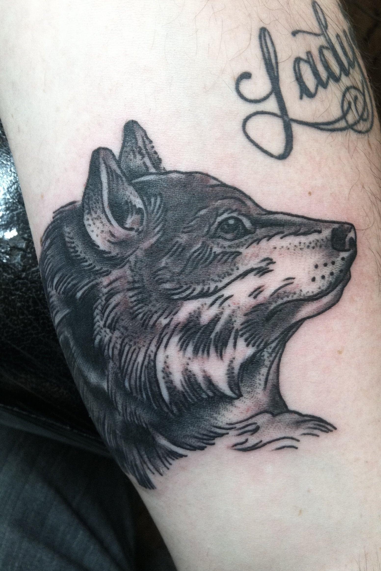 Tatuaje lobo de perfil