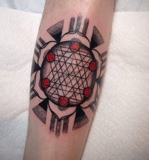 Tatuaje mándala geométrico sagrado