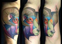 Tatuaje carnero en el brazo