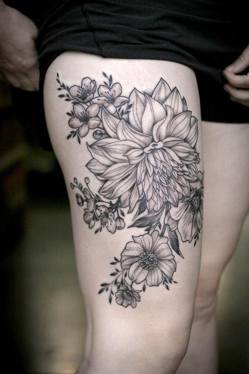 Tatuaje dalias en la pierna