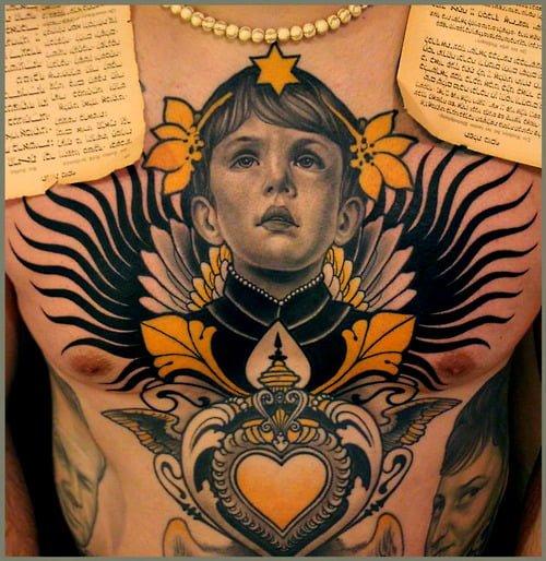Tatuaje de niño en el pecho