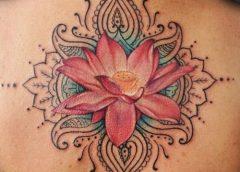 Tatuaje flor de loto en la espalda