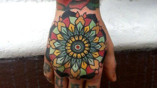 Tatuaje de mujer con flor en la cabeza