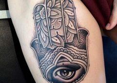 Tatuaje mano fatima en la pierna