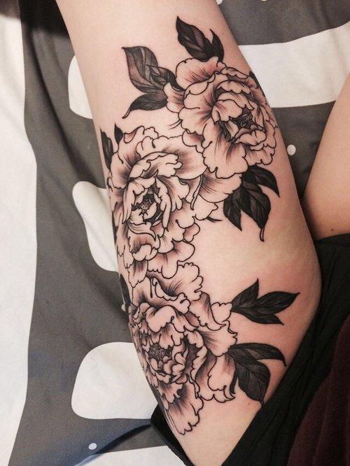Tatuaje rosas blanco y negro