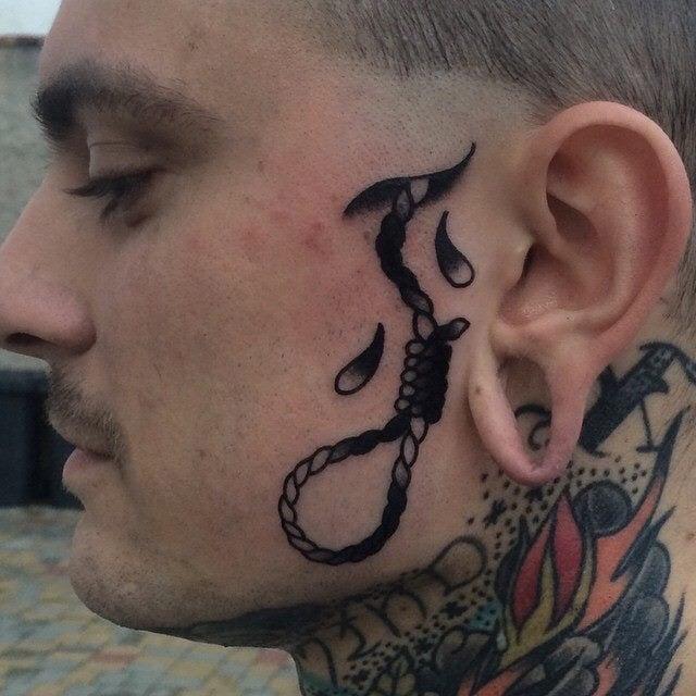 Tatuaje cuerda en la cara
