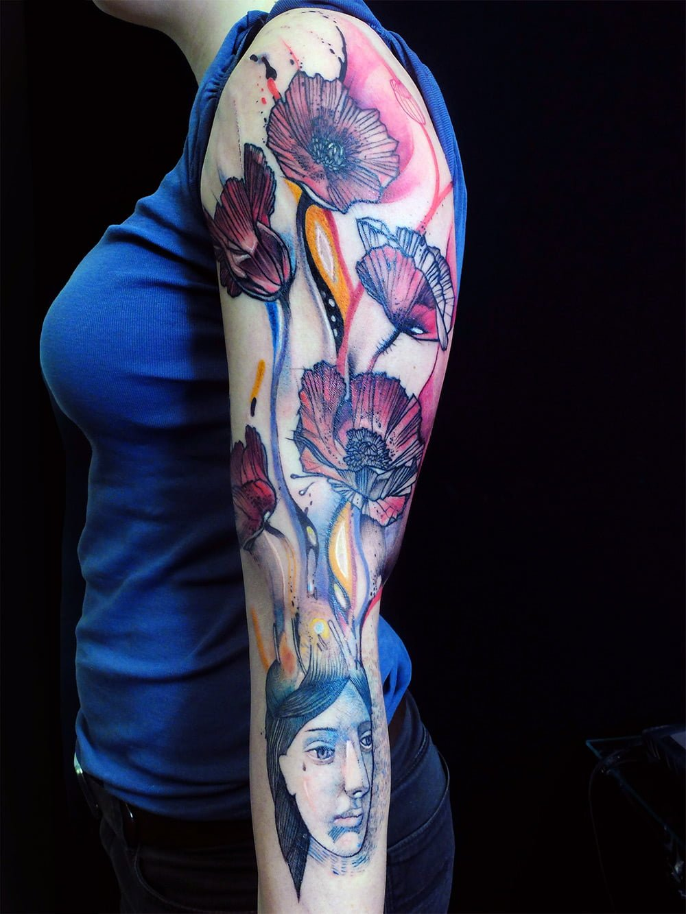 Tatuaje de mujer con amapolas