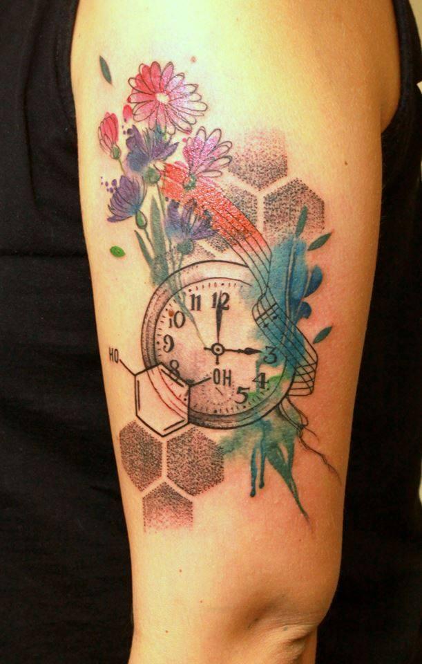 Tatuaje floral en el brazo