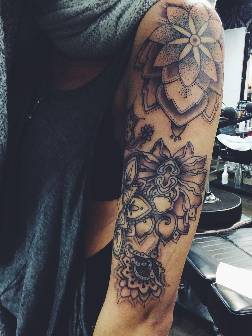 Tatuaje flores de estilo hindú