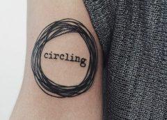 Tatuaje garabatos en el brazo