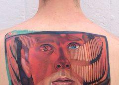 Tatuaje hombre en el retrovisor