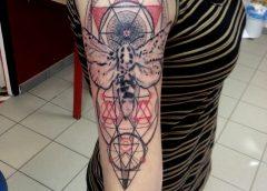 Tatuaje insecto en negativo