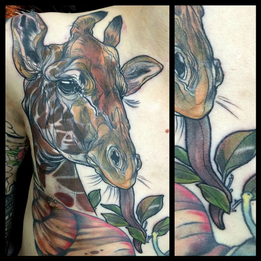 Tatuaje jirafa en el pecho