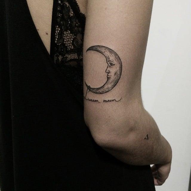 Tatuaje luna en el brazo