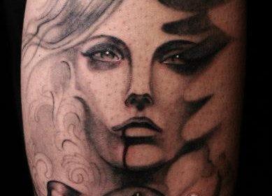 Tatuaje de golondrina de colores